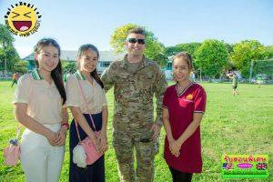 Smile English สอนภาษาอังกฤษ ลพบุรี ถ่ายรูปร่วมกับทหารรบพิเศษสหรัฐอเมริกา